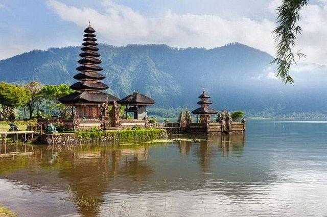 https://static.asia.fr/cxfile/photosi/diapo-bali-bedugul-temple-ulun-danu-1-go.jpg